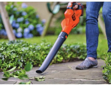 Black + Decker cordless blower review: Tool in action